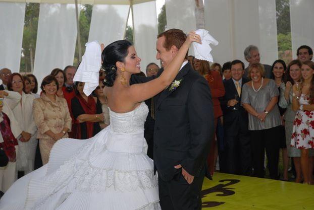 Novia bailando Marinera con novio