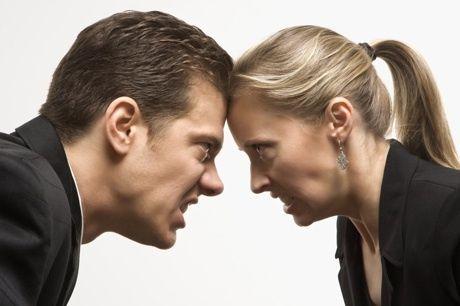 pareja peleando
