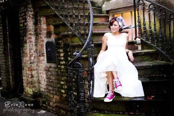 novia con zapatillas converse