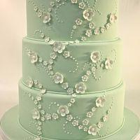 Con una torta sencillamente decorada