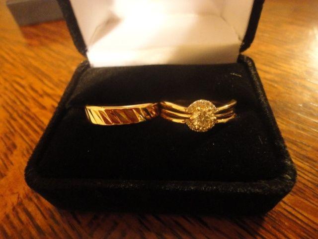 Nuestros anillos de matrimonio.