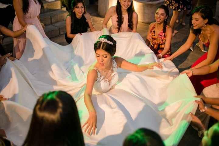 ¡Qué levanten el vestido de la novia! 🤭 - 1