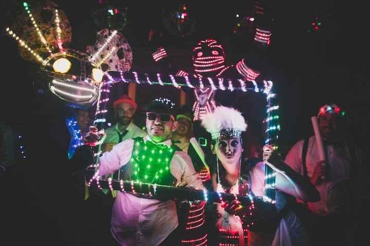 ¡Anima tu fiesta con el Cotillón Luminoso! 🎊 - 3
