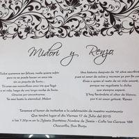 tarjeta blanca con detalles negros en el borde de arriba