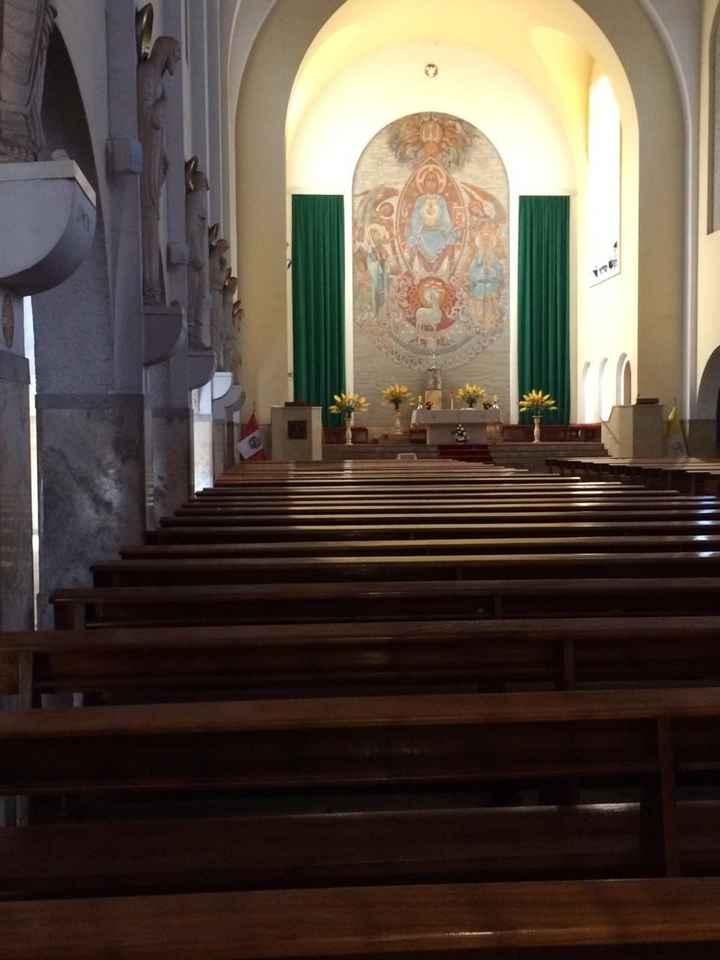 Interior de la parroquia y los apóstoles en marmol