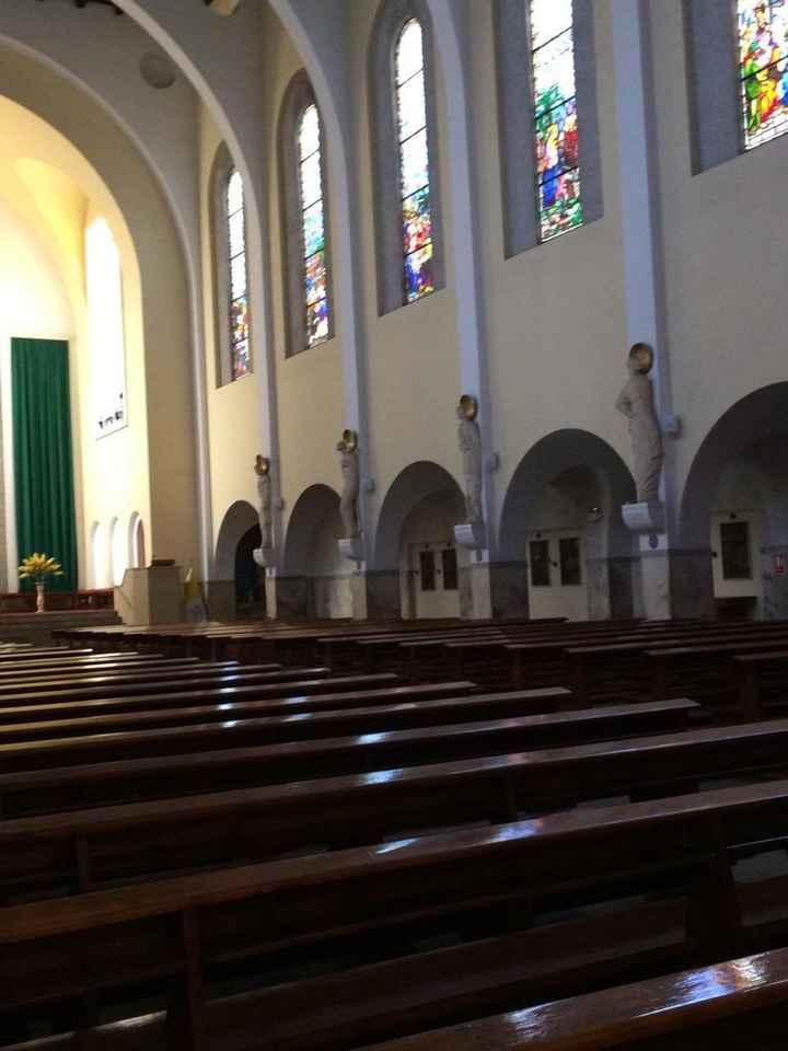 El interior de la parroquia y los vitrales